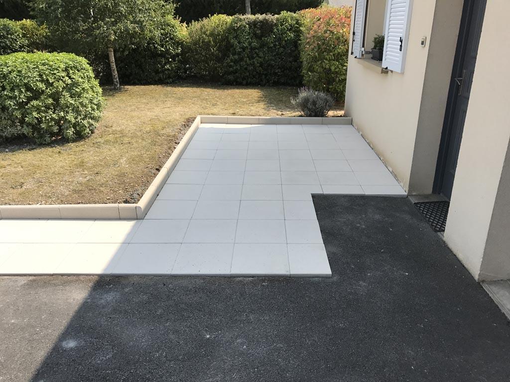 construction et pose de terrasse en pierre reconstitué (dallage béton) à Caen (Calvados -14) - AVAE Paysage